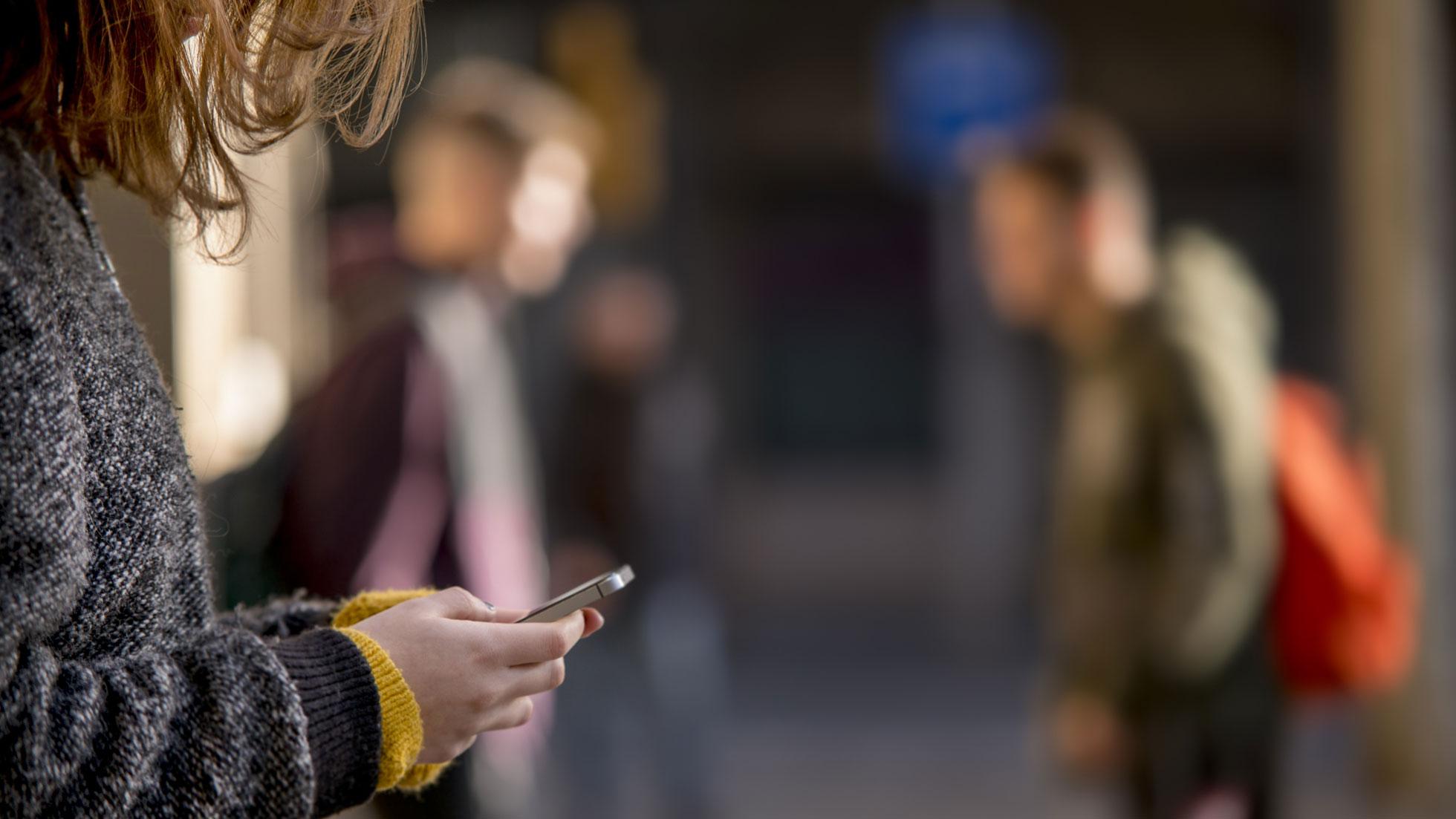 Adolescente usando el móvil